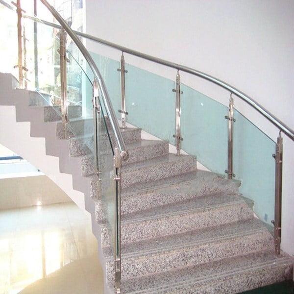 Mẫu lan can cầu thang inox kết hợp với kính